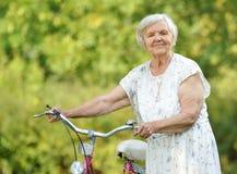 有自行车的资深妇女 库存照片