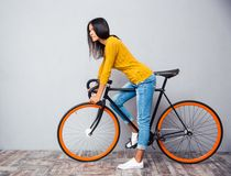 有自行车的迷人的妇女 免版税库存图片