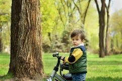 有自行车的逗人喜爱的小男孩 免版税库存照片