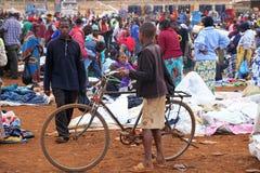 有自行车的非洲男孩在Karatu Iraqw市场上 免版税图库摄影