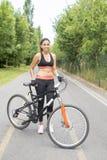 有自行车的,健康生活概念年轻运动的妇女 免版税库存照片