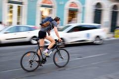 有自行车的年轻人 免版税库存照片