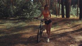 有自行车的年轻性感的女孩 股票录像