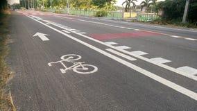 有自行车车道的街道 免版税图库摄影