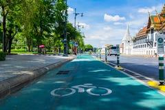 有自行车车道的路在曼谷,泰国 免版税图库摄影