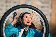 有自行车问题的愤怒的妇女 免版税库存图片