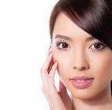 有至善至美的皮肤和完善的构成和棕色头发的年轻美丽的亚裔妇女 免版税图库摄影