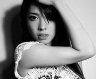 有至善至美的皮肤和完善的构成和棕色头发的年轻美丽的亚裔妇女 库存照片