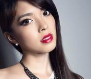 有至善至美的皮肤和完善的构成和棕色头发的年轻美丽的亚裔妇女 库存图片