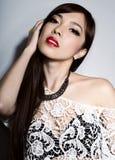 有至善至美的皮肤和完善的构成和棕色头发的年轻美丽的亚裔妇女 免版税库存图片