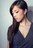 有至善至美的皮肤和完善的构成和棕色头发的年轻美丽的亚裔妇女 免版税库存照片