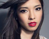 有至善至美的皮肤和完善的构成和棕色头发的年轻美丽的亚裔妇女 图库摄影