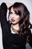 有至善至美的皮肤和完善的构成和棕色头发的年轻美丽的妇女 图库摄影