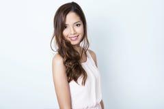 有至善至美的皮肤的美丽的亚裔少妇 图库摄影
