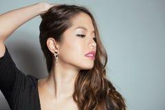 有至善至美的皮肤的美丽的亚裔少妇 免版税库存图片