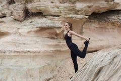 有舒展腿肌肉的一个美好的苗条图的年轻可爱的运动女性前面开始了在自然pa跑的她的早晨 免版税库存照片