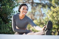 有舒展迷人的微笑的美丽的运动的黑人妇女他 免版税库存图片