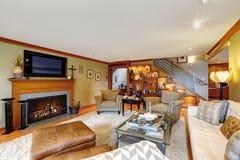 有舒适就座区域和壁炉的家庭娱乐室 免版税库存照片