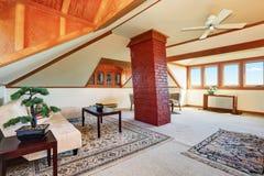 有舒适就座区域的大在楼上客厅 库存照片