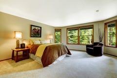 有舒适的床的宽敞主卧室 图库摄影
