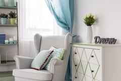 有舒适的扶手椅子的客厅 免版税库存图片