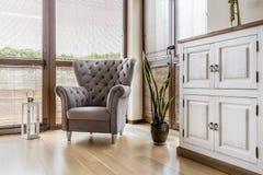 有舒适的扶手椅子的舒适客厅 库存图片
