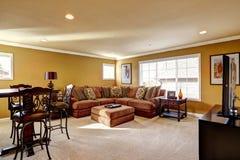 有舒适的沙发的豪华家庭娱乐室 库存图片
