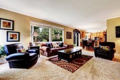 有舒适的皮革长沙发的豪华家庭娱乐室 免版税库存照片