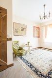 有舒适绿色扶手椅子的迷人的时髦的室 库存照片
