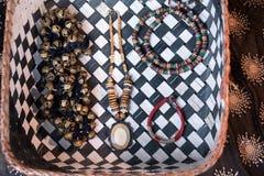 有舞蹈家装饰品的Ghungroo铙钹在一个织地不很细篮子 免版税库存照片