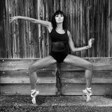 有舞蹈鞋子的舞蹈家反对一个木门 库存图片