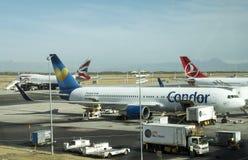 有航空器的开普敦机场在围裙 库存照片