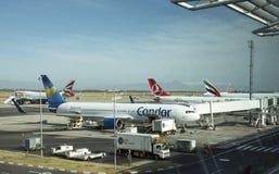 有航空器的开普敦机场在围裙 库存图片