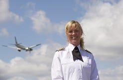 有航空器的航空公司飞行员在天空 免版税库存照片