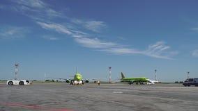 有航空器的飞机推迟起飞拖拉机在跑道在机场 新西伯利亚 Rossiya 10 07/2017 4k 影视素材