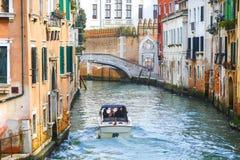 有航行在水运河的游人的小船 免版税图库摄影