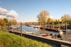 有航行游艇和汽船的小游艇船坞在被加强的镇 库存图片