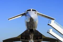 有舷梯的飞机 免版税库存图片