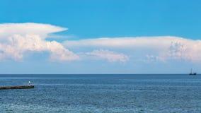 有船和渔夫的蓝色海 免版税图库摄影