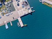 有船和游艇的Summer湖在晴天 空中顶视图 免版税图库摄影