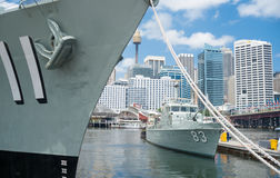 有船和船舶和cit的悉尼亲爱的港口繁忙地方 免版税库存照片