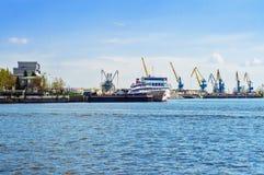 有船和起重机的港口 库存照片