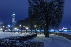 有船嘴装饰的专栏地标圣彼得堡夜 库存照片