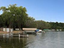 有船坞和小船的华盛顿湖海岸线 免版税库存照片