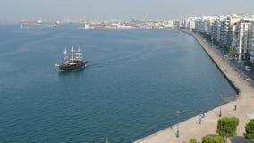 有船航行横跨它和城市视图的塞萨罗尼基港口对边 免版税库存照片