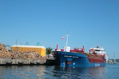 有船装货的码头与木日志 库存照片