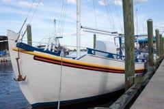 有船锚风景的白色小船 图库摄影