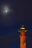 有船嘴装饰的专栏在晚上 大教堂圆屋顶isaac ・彼得斯堡俄国s圣徒st 库存照片