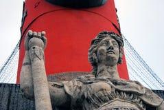 有船嘴装饰的专栏细节,圣彼德堡,俄罗斯 免版税库存图片