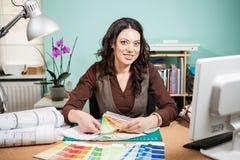 有色板显示的建筑师在书桌上 库存照片